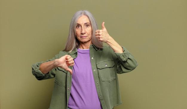Mulher idosa se sentindo confusa, sem noção e insegura, ponderando o que é bom e o que é ruim em diferentes opções ou escolhas