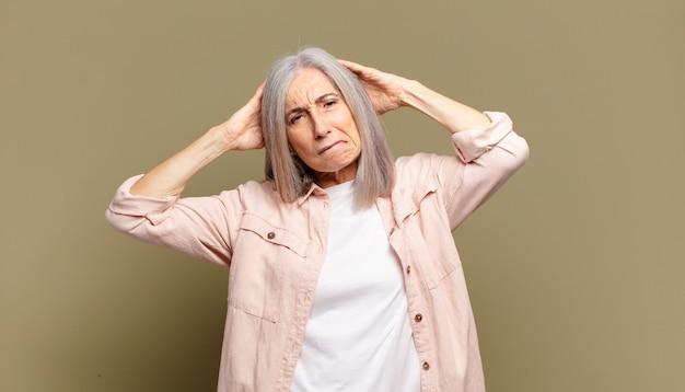 Mulher idosa se sentindo frustrada e irritada, farta e cansada do fracasso, farta de tarefas enfadonhas e enfadonhas