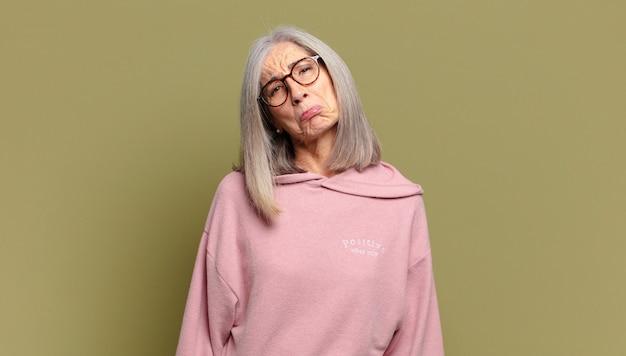 Mulher idosa se sentindo triste e chorona com uma aparência infeliz, chorando com uma atitude negativa e frustrada