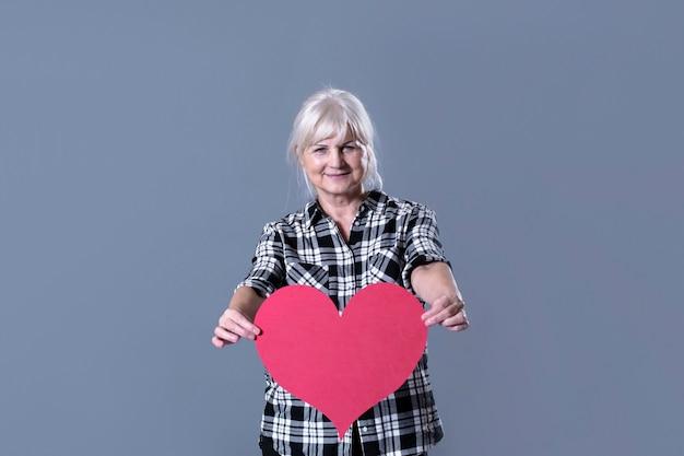 Mulher idosa, segurando, coração
