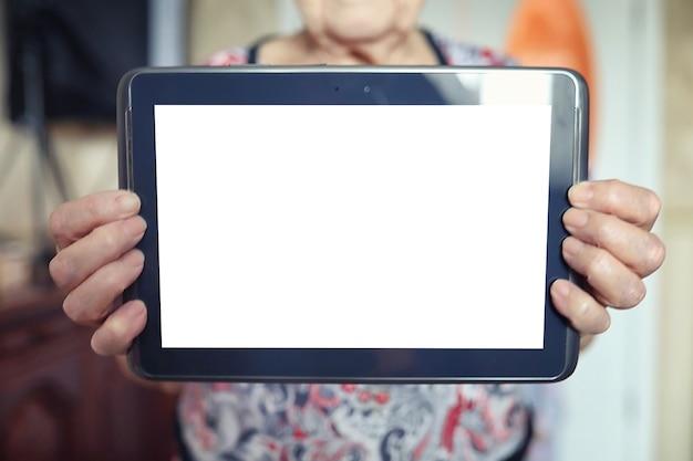 Mulher idosa segurando tablet