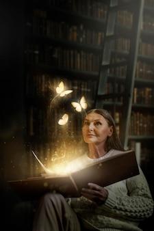 Mulher idosa segurando um livro com borboletas mágicas