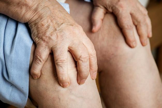 Mulher idosa, sofrimento, dor joelho