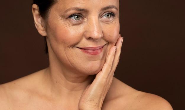 Mulher idosa sorridente com maquiagem