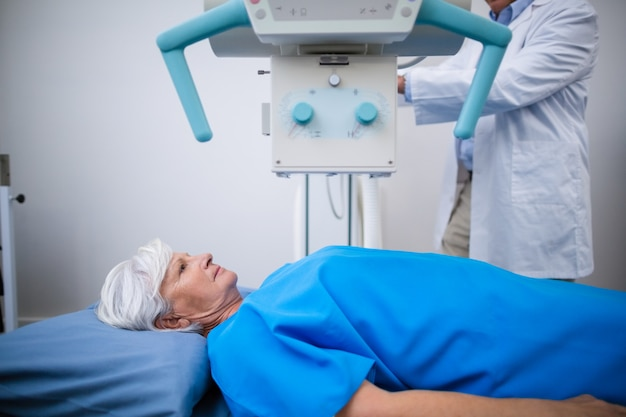 Mulher idosa submetida a um teste de raio-x
