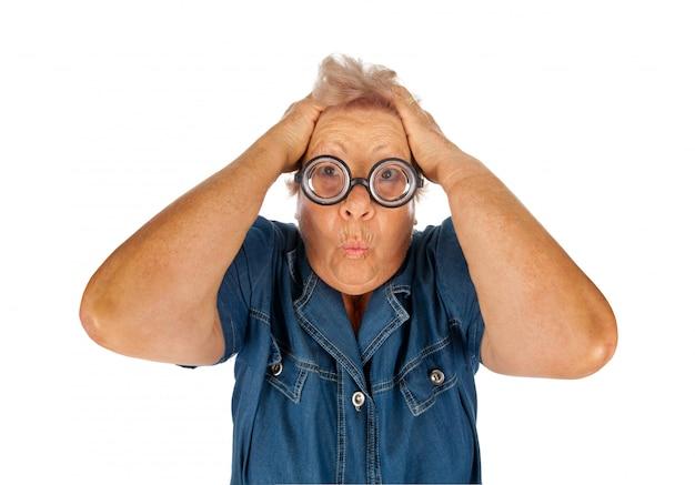 Mulher idosa surpreendida com óculos engraçados.