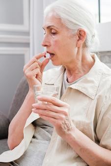 Mulher idosa, tendo, dela, medicinas