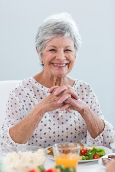 Mulher idosa tomando café da manhã