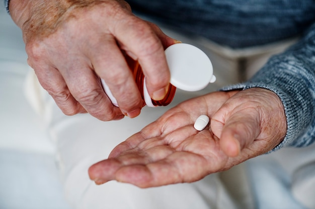 Mulher idosa tomando remédio