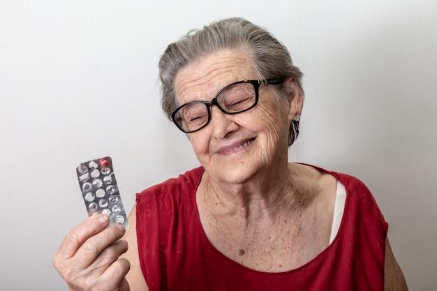 Mulher idosa triste por ficar sem medicamento