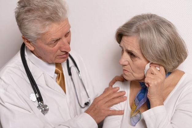 Mulher idosa triste visitando um médico no hospital
