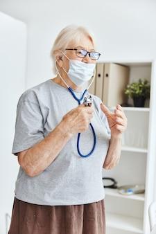Mulher idosa usando máscara médica exame de tratamento hospitalar. foto de alta qualidade