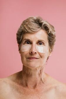 Mulher idosa usando máscara para os olhos