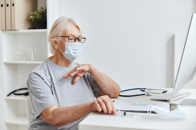 Mulher idosa usando óculos, medicamento, registro de vacinação hospitalar