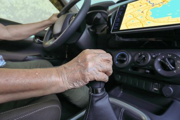 Mulher idosa usando sistema de navegação gps no carro