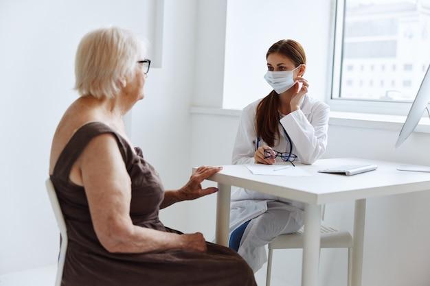 Mulher idosa usando uma máscara médica de diagnóstico de saúde de exame de hospital. foto de alta qualidade