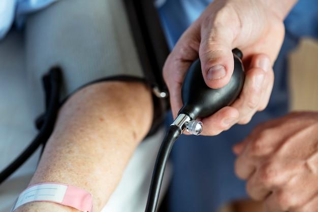 Mulher idosa, verificar, pressão sangue