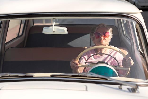 Mulher idosa viajando de carro durante o dia