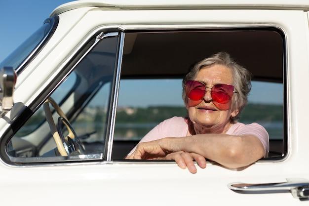 Mulher idosa viajando de carro