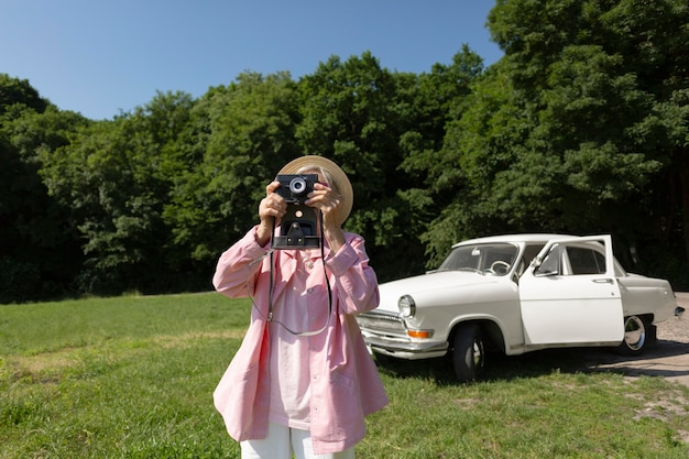 Mulher idosa viajando sozinha e se divertindo