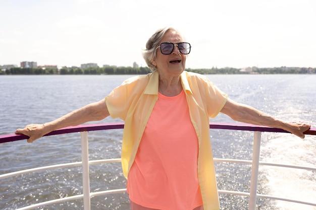 Mulher idosa viajando sozinha no verão