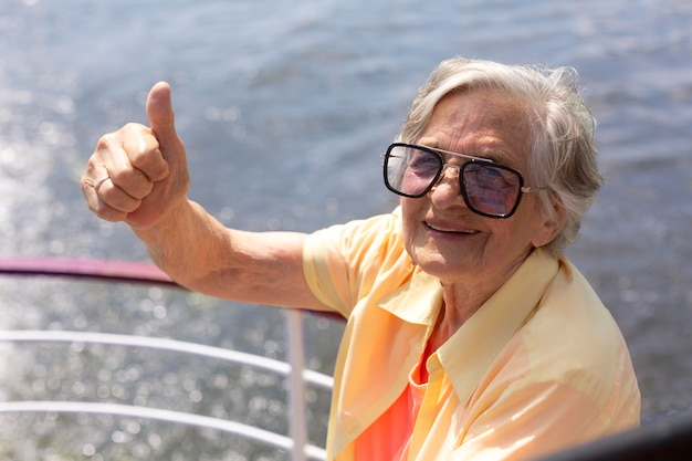Mulher idosa viajando sozinha