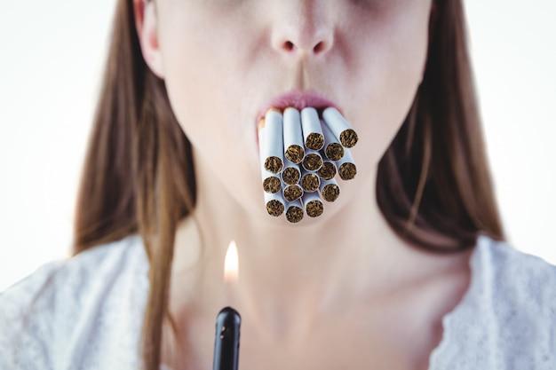 Mulher, iluminação, muitos, cigarros, em, boca