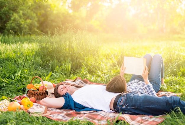 Mulher, inclinar-se, namorado, e, livro leitura