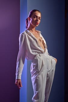Mulher incrível. bela jovem modelo elegante com lábios vermelhos. mulher sexy de branco