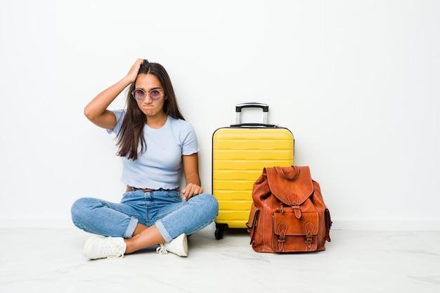 Mulher indiana de raça mista jovem pronta para ir viajar chocada, lembrou-se de uma reunião importante.