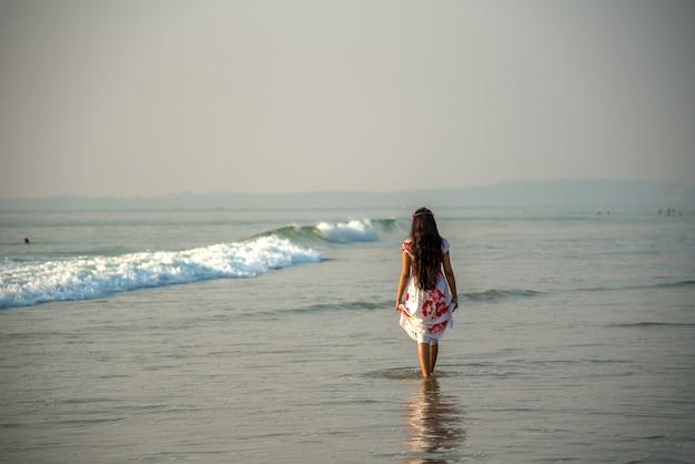 Mulher indiana feliz desfrutando de férias na praia.