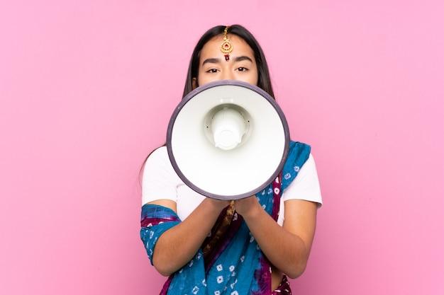 Mulher indiana isolada em rosa