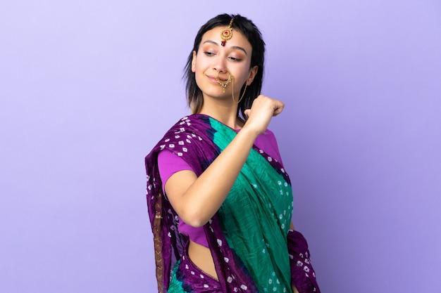 Mulher indiana isolada no fundo roxo, orgulhosa e satisfeita