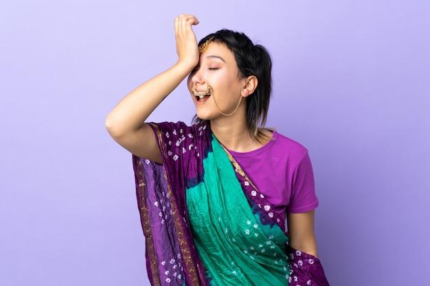 Mulher indiana na parede roxa percebeu algo e pretendia a solução