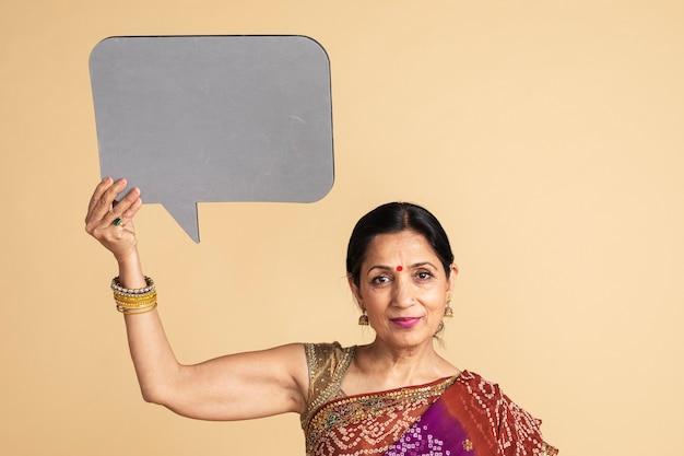 Mulher indiana segurando uma maquete de balão de fala