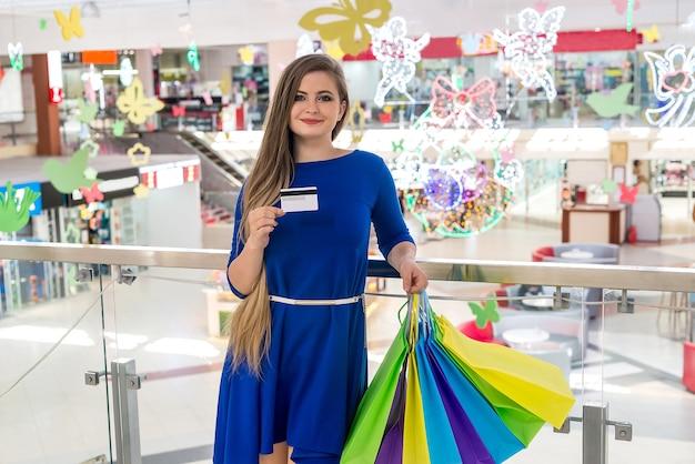 Mulher indo às compras com cartão de crédito no shopping