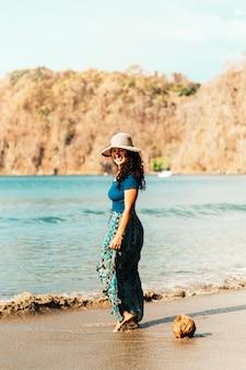 Mulher, indo mar, ao longo, praia arenosa