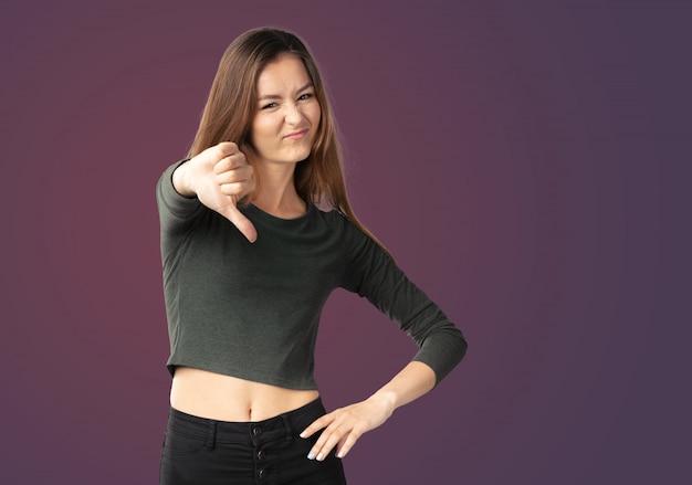 Mulher infeliz, dando os polegares para baixo do gesto