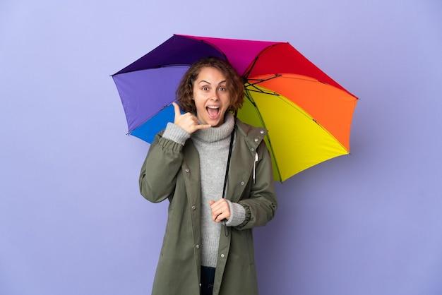 Mulher inglesa segurando um guarda-chuva isolado fazendo gesto de telefone