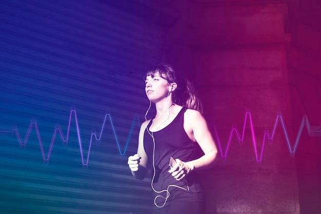 Mulher inovadora em gadgets musicais correndo com mídia remixada de tecnologia de entretenimento de fones de ouvido