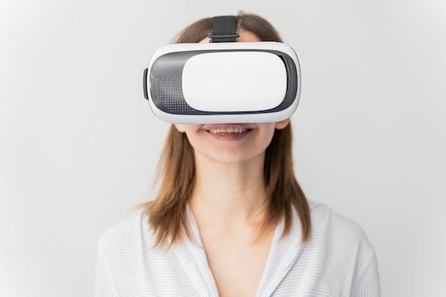 Mulher inovando energia em estilo de realidade virtual