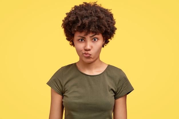 Mulher insatisfeita franze a testa, tem expressão facial negativa