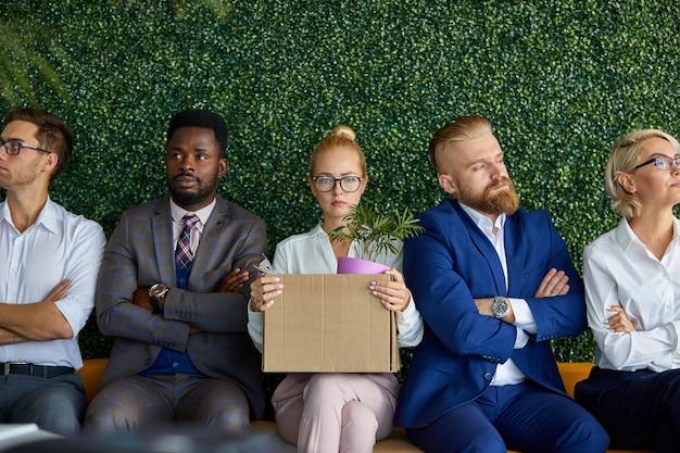 Mulher insegura tem medo de começar a trabalhar em uma nova equipe