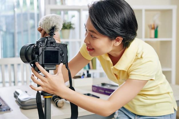 Mulher, instalar, câmera, e, microfone