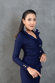 Mulher inteligente e bonita no retrato de terno de moda