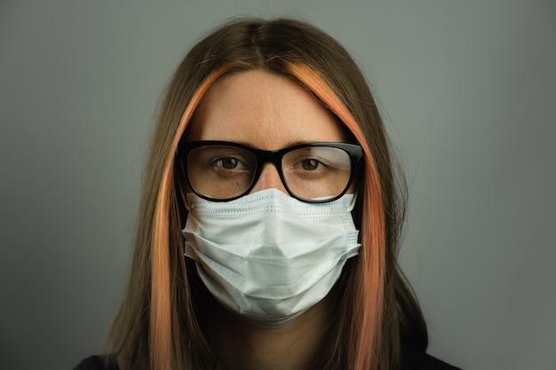 Mulher inteligente em óculos usando máscara médica.