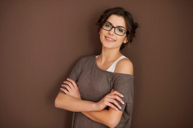 Mulher inteligente usando óculos da moda