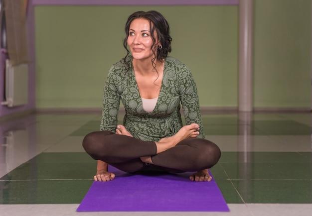 Mulher iogue fazendo ioga asana na aula de ginástica