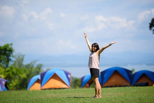 Mulher, ir viajar, feriado, relaxe, tempo, barraca, agradável, paisagem, com, menina, natureza, com, montanha, aventura