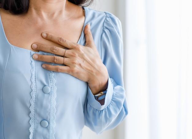Mulher irreconhecível com ataque cardíaco súbito e aperto no peito. conceito de cuidados de saúde de emergência e afetados por insuficiência congestiva ou ressuscitação cardiopulmonar, problema cardíaco.